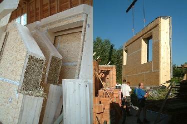 Links im Bild die vorgefertigten Strohballenwände, rechts Montage der Wände auf das Fundament.