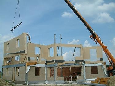 Nach der Montage der Zwischendecke werden die Wände für das Obergeschoß montiert.