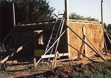 Nachdem die Wände gespannt wurden, können die Hilfsgerüste entfernt und der Dachstuhl aufgelegt werden