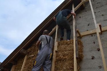 Immer wieder waren diese Fassadenanker aus Holzstaffeln beim Einfüllen im Weg.