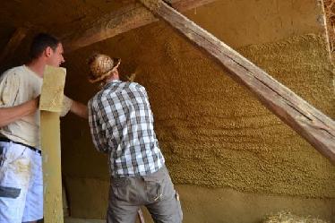 Aufbringen von Lehmputz im Spritzverfahren: bei schrägen Wänden oder Decken ist dieses Methode sehr zu empfehlen...