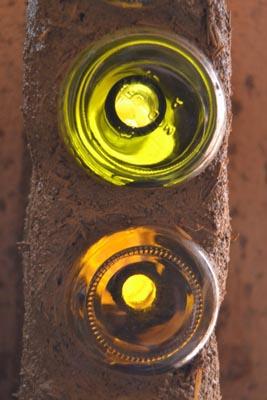Die Flaschenwände werden aus einer Flasche und einem über den Hals gestülpten Marmeladeglas zusammengesetzt. Die beiden Gläser werden mit einem guten Klebeband luftdicht verbunden. Der Flaschenhals ist innen sichtbar.