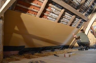 Um die Strohballendämmung vor Flugschnee zu schützen, wurden zuerst Unterdachplatten (Marke Agepan) an der Unterseite des Dachstuhls montiert.