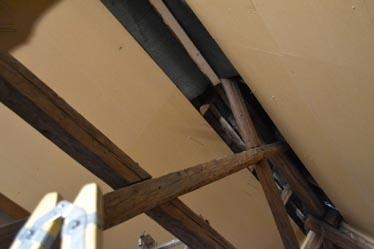 Ebenso wurde im Giebelbereich verfahren: Eine Bitumenpappe schützt den Giebelbereich vor eindrigendem Flugschnee oder Kondenswasser.