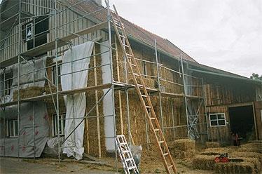 Die hier sichtbare Hilfskonstruktion – 6x6 cm Kanthölzer entsprechend der Ballenlänge und Ballenhöhe (stehend 35 cm) – dient zur Befestigung der Ballen an der alten Hauswand und der neuen Fassade (Hasengitter, diffusionsoffene Winddichtigkeitsfolie