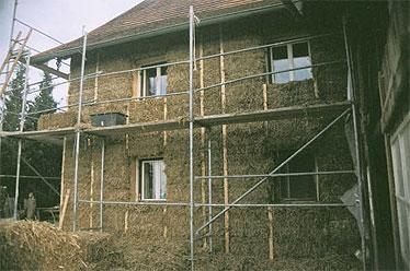Die Ballen wurden nach der Montage mit Heckenschere und Motorsäge geschoren, um eine glatte Oberfläche zu erhalten, die Fensterlaibungen wurden abgerundet.