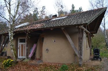ein kleiner Strohballen-Dom unter einem separaten Dach