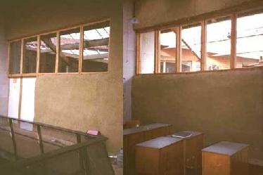 Strohballen-Trennwand in einer Schule, mit Lehm verputzt