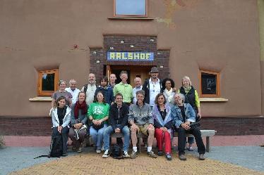 Das Leonardo-Team bei der Besichtigung des StroHotels im Sommer 2013