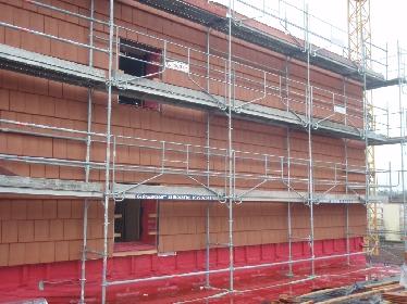 Verkleidung, um das Gebäude vor Witterungseinflüssen zu schützen: Terrakottafliesen.