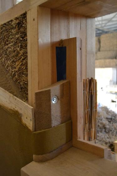Fensterrahmen-Überdämmung a la FASBA: Unterkonstruktion mit Weichfaserplatte und Lehmputz