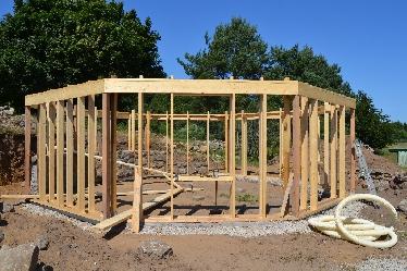 Fundament und diese Holzständerkonstruktion waren im Vorfeld errichtet worden.