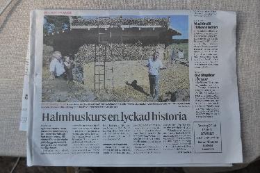 """Auch die lokalen Medien interessierten sich für den """"Halmhuskursen"""" vulgo Strohballenbau-Workshop. Rechts im Bild Herbert Gruber vom ASBN, der den Workshop leitete."""