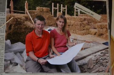 Barbara Jones (damals amazonails, jetzt strawworks) und Rachel Shiamh beim Verlegen der ersten Strohballen auf das Steinfundament