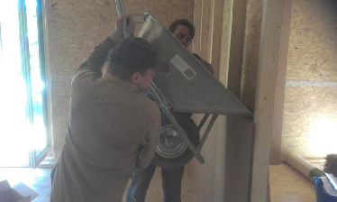 Befüllung der Zwischenwände mit Lehm aus dem Bauaushub