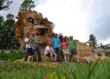 strohloewe-giant-straw-sculpture
