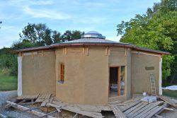 Runhaus Workshop Strohballenhaus mit reziprokem Dach