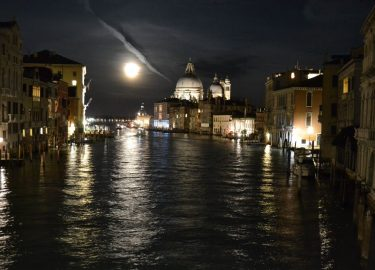 Full moon and a great night in Venice. The beginning of a new straw bale era in Europe...