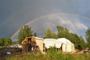 ..ein Regenbogen direkt über dem Strohballenhaus